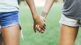 Photo d'illustration montrant deux femmes se tenant la main. (WESTEND61 / GETTYIMAGES)