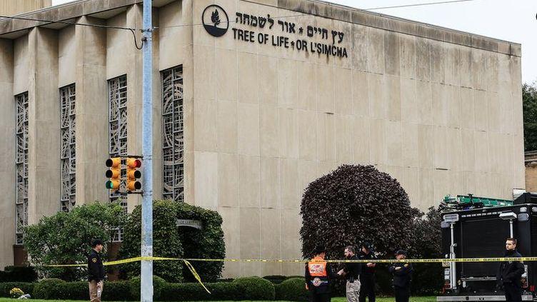 Des policiers devant la synagogue dePittsburgh(Etats-Unis), le 27 octobre 2018. (JOHN ALTDORFER / REUTERS)