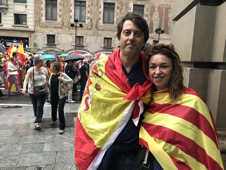 Roberto et Laura manifestent contre l'indépendance de la Catalogne, à Barcelone, samedi 30 septembre 2017. (ROBIN PRUDENT / FRANCEINFO)