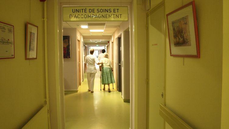 Une patiente de l'unité de soins palliatifs de la clinique Saint-Roch est reconduite vers sa chambre, le 10 octobre 2012, à Cambrai (Pas-de-Calais). (ARIANE NICOLAS / FTVI)