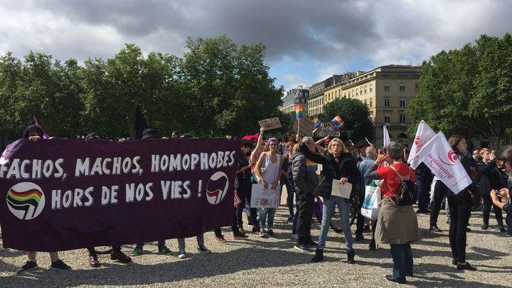 Une centaine de militants ont organisé une contre-manifestation face aux anti-PMA. (Louise Buyens Radio France)