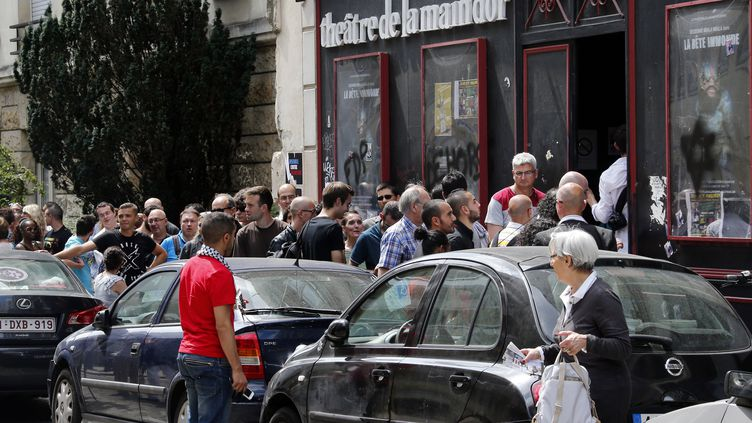 Le public venu voir Dieudonné le 26 juillet 2014 au théâtre de la Main d'or à Paris, . (FRANCOIS GUILLOT / AFP)