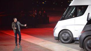 Elon Musk, le patron de Tesla, présente son nouveau camion électrique, le 16 novembre 2017 à Los Angeles (Etats-Unis). (VERONIQUE DUPONT / AFP)