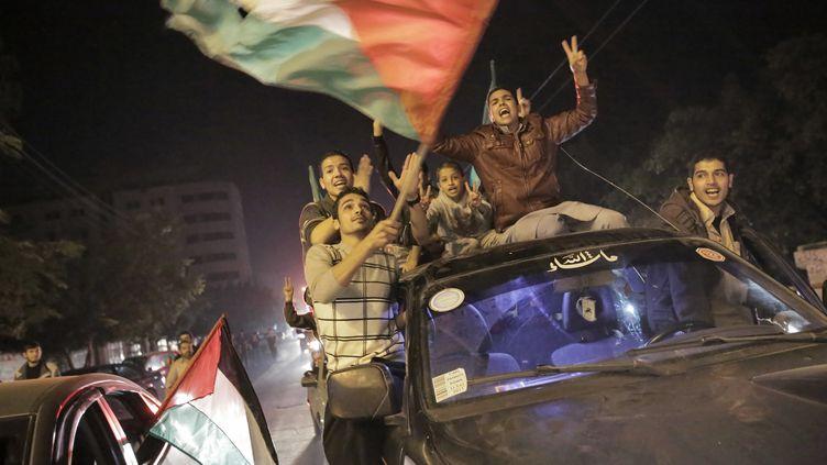 Des Palestiniens fêtent la trêve, à Gaza, le 21 novembre 2012. (ANDREY STENIN / RIA NOVOSTI / AFP)