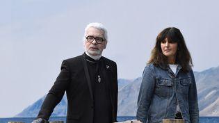 Karl Lagerfeld etVirginie Viard, lors du défile prêt-à-porter printemps-été 2019, le 2 octobre 2018, à Paris. (BERTRAND GUAY / AFP)