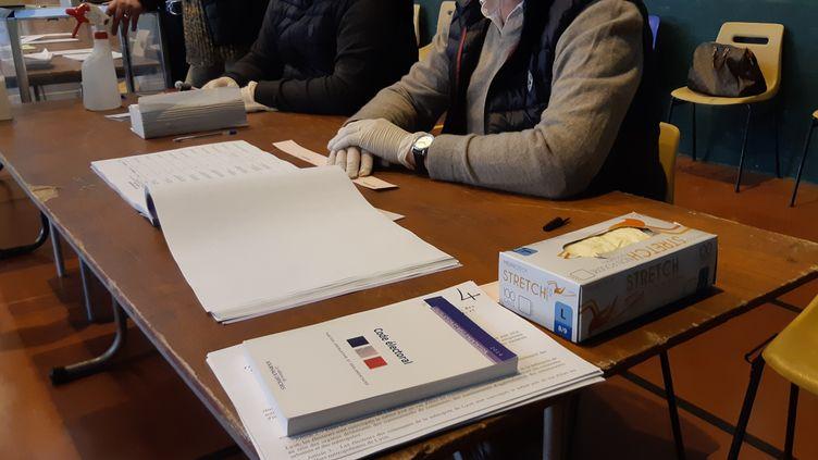 Un bureau de vote lors du premier tour des élections municipales, à Brive-la-Gaillarde (Corrèze), le 15 mars 2020. (NICOLAS BLANZAT / FRANCE-BLEU LIMOUSIN)