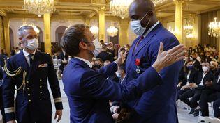 Emmanuel Macron face à Teddy Riner le 13 septembre à l'Elysée lors de la remise de la légion d'honneur au judoka. (LUDOVIC MARIN / POOL)