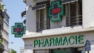 Une devanture de pharmacie à Paris, en septembre 2013. (STÉPHANE OUZOUNOFF / AFP)