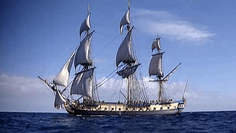 Avant sa grande traversée en avril 2015, l'Hermione fait des essais en mer, ici à la sortie de l'esturaire de la Gironde.  (France 2 / Culturebox)