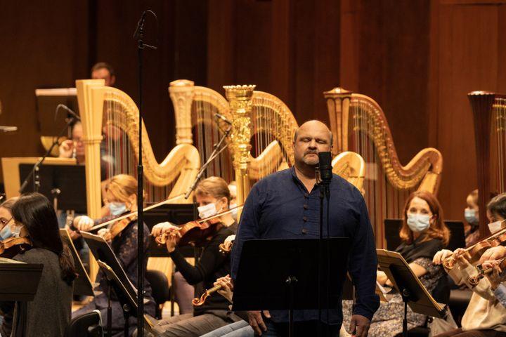 """Le ténor Gerhard Siegel pendant les répétitions de """"L'or du Rhin"""" de Wagner le 23 novembre 2020. (ELISA HABERER)"""