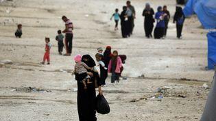 Des proches de jihadistes dans le camp d'Ain Issa, le 17 octobre 2018 (photo d'illustration). (DELIL SOULEIMAN / AFP)