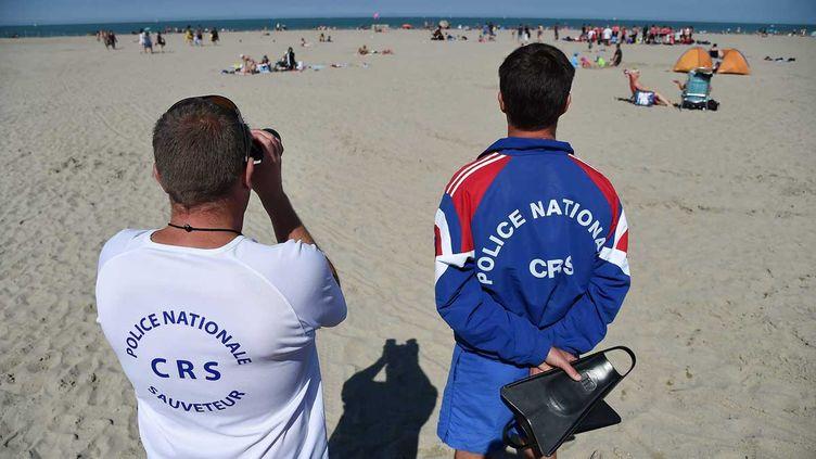 (Cet été, en plus de leurs plames et leurs jumelles, les CRS devront transporter une arme pour surveiller les plages de France © Maxppp)