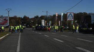 """Des """"gilets jaunes"""" bloquent l'accès à des supermarchés à Capvern-les-Bains (Hautes-Pyrénées), le 17 novembre 2018. (LAURENT FERRIERE / HANS LUCAS / AFP)"""