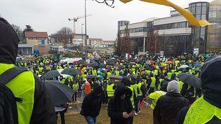 Le rassemblement à la mi-journée à Valence-Sud. (Radio France - Diane Sprimont)