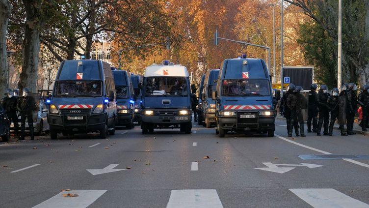 """Un important dispositif de police lors de la manifestation contre la proposition de loi sur la """"sécurité globale"""" à Strasbourg, le 28 novembre 2020. (ORYANE LANGENBRONN / HANS LUCAS / AFP)"""