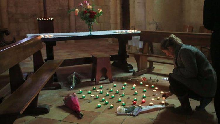 (Des roses roses blanches, des bougies, quelques petits mots... © Thibault Camus/AP/SIPA)