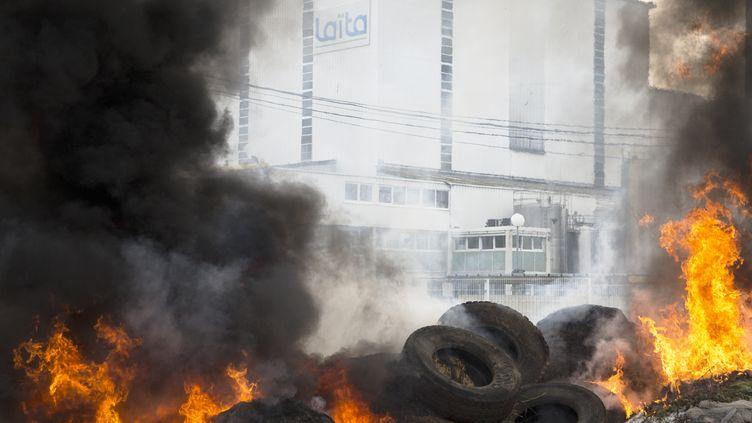 Des pneus brûlent à Crehen (Côtes d'Armor), dans une manifestion des éleveurs contre une coopérative laitière, le 24 juillet 2015. (EMMANUELLE RODRIGUE / CITIZENSIDE.COM / AFP)