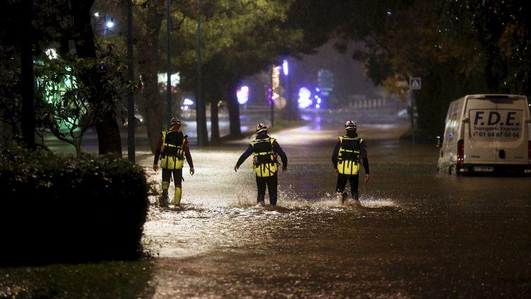 Trois pompiers interviennent dans les rues inondées de Mandelieu-la-Napoule (Alpes-Maritimes), le 1er décembre 2019. (MAXPPP)