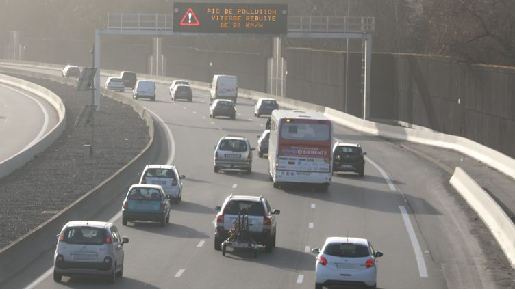 Un panneau lumineux sur l' A36 indiquant la vitesse réduite de 20 km/h à la suite du pic de pollution,ici dans le Haut-Rhin à Mulhouse, en février 2021. (VINCENT VOEGTLIN / MAXPPP)
