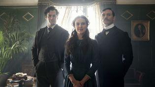 Image du film Enola Holmes. De droite à gauche : Henry Cavill (Sherlock Holmes), Millie Bobby Brown (Enola Holmes) et Sam Claflin (Mycroft Holmes). (ROBERT VIGLASKI /LEGENDARY ©2020)