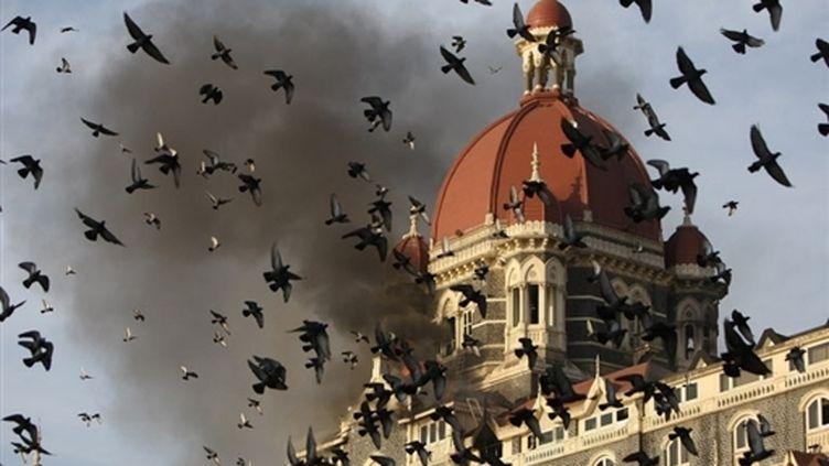 Le Tah Mahal Hotel de Bombay en flammes après un attentat, le 27 novembre 2008. (AFP / Indranil Mukherjee)