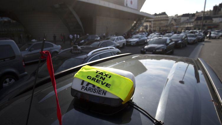 Un taxi en grève à la porte Maillot, à Paris, le 26 juin 2015. (KENZO TRIBOUILLARD / AFP)