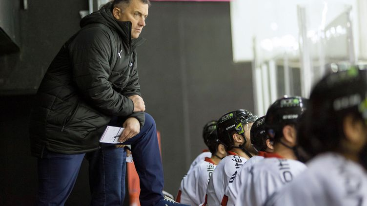Philippe Bozon, sélectionneur de l'équipe de France de hockey sur glace (photo prise le 21 décembre2018 à la patinoire de Strasbourg). (MARC ANTOINE BAUDOUX / AFP)