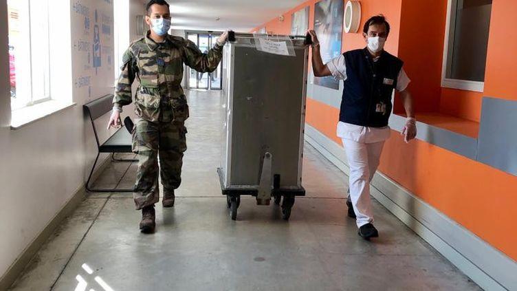 Image postée sur le compte Twitter du 7e RCAT de Lyon :une unité d'appui sanitaire déployée aux Hospices civils de Lyon. (CAPTURE D'ÉCRAN)