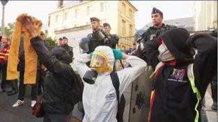 Mardi 1er octobre, plusieurs centaines d'habitants de Rouen (Seine-Maritime) manifestent devant la préfecture. (FRANCE 2)