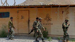 Des soldats de l'armée nationale afghane (ANA) marchent dans une base militaire américaine, qui a récemment été remise aux forces afghanes dans la province de Nangarhar. (NOORULLAH SHIRZADA / AFP)