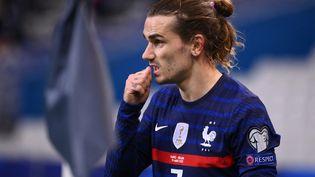 Le numéro sept de l'équipe de France, Antoine Griezmann, ici contre l'Ukraine à l'occasion de la 1re journée des éliminatoires pour la Coupe du monde 2022, mercredi 24 mars 2021. (FRANCK FIFE / AFP)