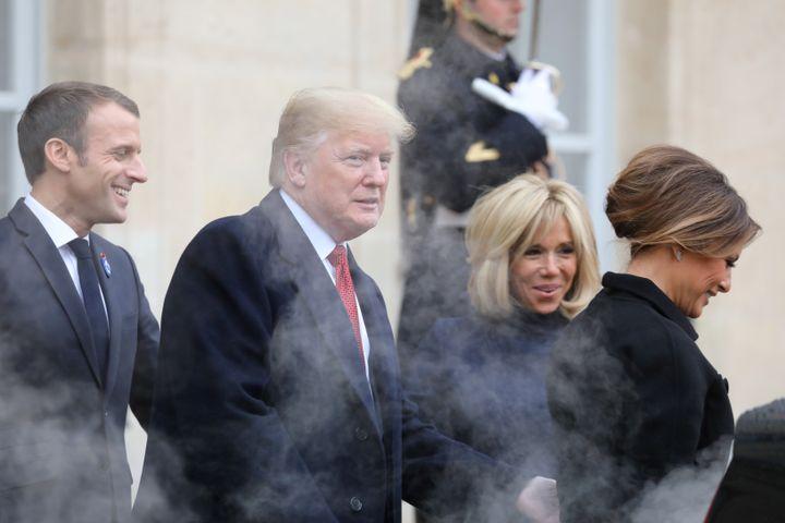 Emmanuel et Brigitte Macron avec Donald et Melania Trump, le10 novembre 2018, dans la cour de l'Elysée. (LUDOVIC MARIN / AFP)
