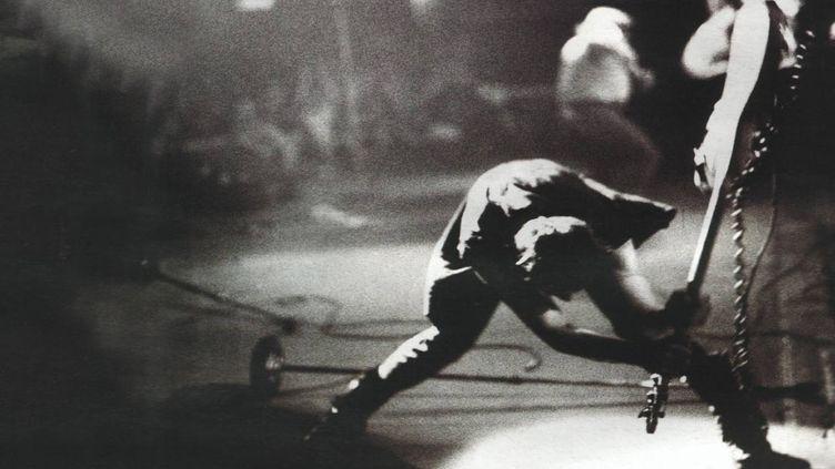 La photo de Paul Simonon fracassant sa basse, utilisée pour l'une des pochettes les plus mythiques de l'histoire du rock. (Pennie Smith/The Clash)
