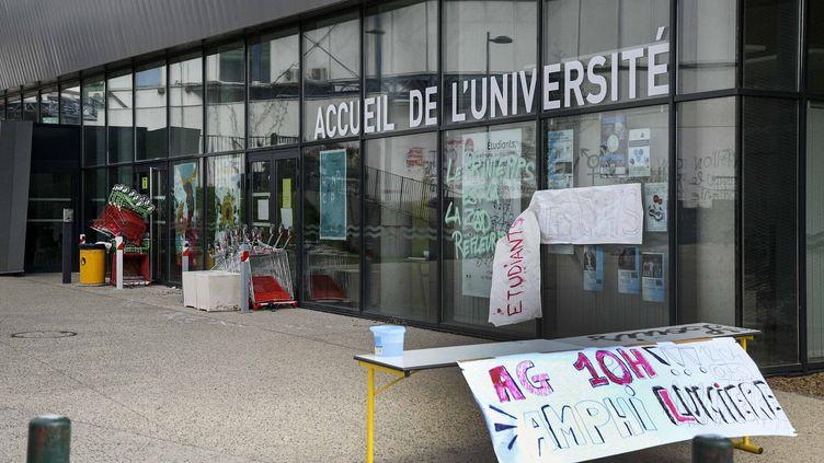 La porte des Alpes à l'université Lyon 2, sur le campus de Bron, le 11 avril 2018. (MAXPPP)
