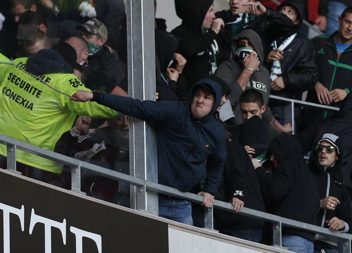 Des supporters de l'AS Saint-Etienne s'attaquent au personnel chargé de la sécurité du stadeAllianz Rivieraà Nice, le dimanche 23 novembre 2013. (VALERY HACHE / AFP)
