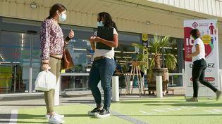 Pour gagner du temps et embaucher rapidement, des opérations de recrutement sont organisées devant les supermarchés,comme à Lons-Le-Saunier, dans le Jura. (CAPTURE ECRAN FRANCE 2)