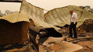 Le Premier ministre australien Scott Morrison visite une ferme dans une région dévastée par des feux de brousse à Sarsfield, dans l'Etat de Victoria, le 3 janvier 2020. (JAMES ROSS / AFP)
