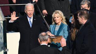 Joe Biden prête serment aux côtés de sa femme Jil Biden au Capitole à Washington, le 20 janvier 2021. (SAUL LOEB / AFP)