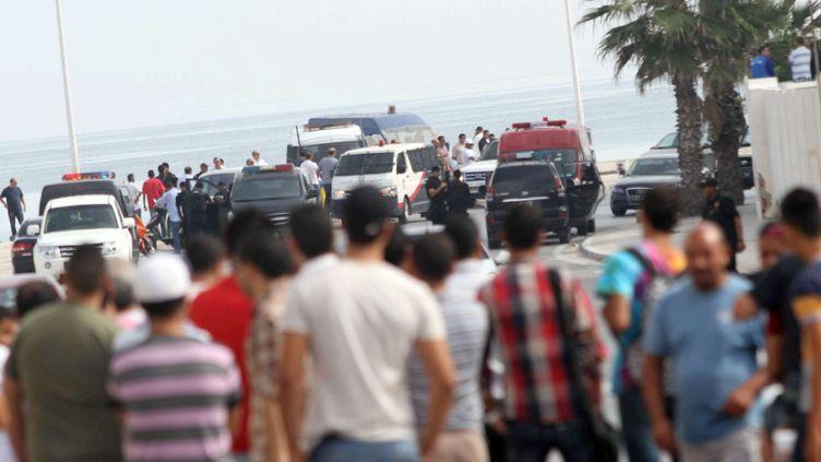 Des badauds observent les opérations de police après qu'un kamikaze s'est fait exploser sur la plage d'un hôtel à Sousse, en Tunisie, le 30 octobre 2013. (RAGHDA JAMMALI / AP / SIPA)