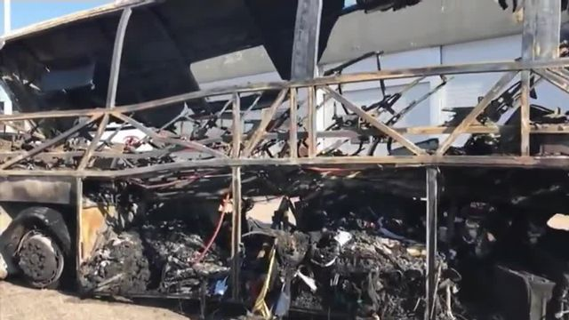 La carcasse du car qui a pris feu
