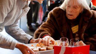 """Un repas d'exception offert par les """"Petits frères des pauvres"""" aux seniors dans la précarité à l'occasion de Noël. (FRANCOIS GUILLOT / AFP)"""