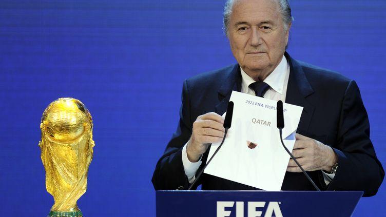 Le président de la Fifa Sepp Blatter annonce que l'organisation de la Coupe du monde de football 2022 est attribuée au Qatar le 2 décembre 2010. (PHILIPPE DESMAZES / AFP)