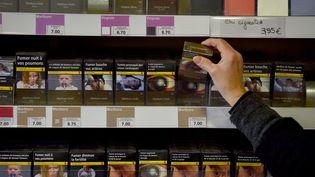 Des paquets de cigarettes dans un bureau de tabac de Vertou (Loire-Atlantique), le 27 décembre 2016. (LOIC VENANCE / AFP)