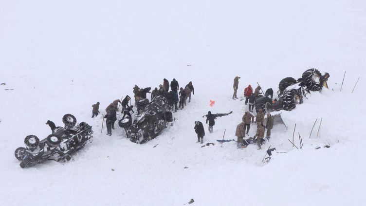 Des soldats turcs tentent de dégager des personnes ensevelies parla neige après une avalanche dans la province de Van, en Turquie, le 5 février 2020. (STRINGER / X80002 / REUTERS)