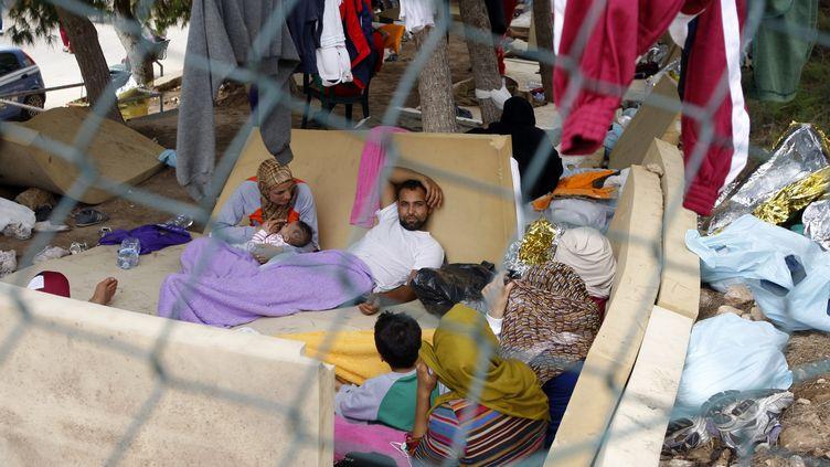 Des migrants dans le centre de rétention de Lampedusa (Italie), le 5 octobre 2013. (ANTONIO PARRINELLO / REUTERS)