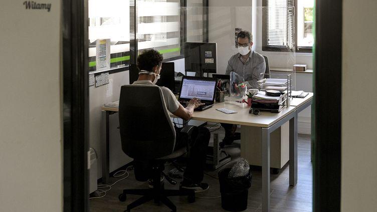 Des salariés portent le masque dans une entreprise à Vénisseux (Rhône), le 21 août 2020. (MAXPPP)