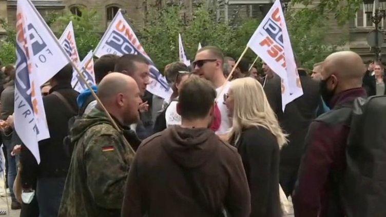 Ils avaient déposé leurs menottes à terre la semaine dernière. Une nouvelle manifestation de policiers était organisée, mercredi 17 juin, à Paris. (FRANCE 3)