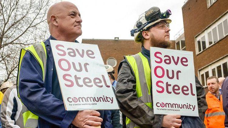 Manifestants sidérurgistes qui attendent le ministre à Port-Habot, port industriel du Pays de Galles. (Ben Birchall/PA)
