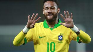 Neymar rend hommage à Ronaldo, numéro 9 de légende de la Seleçao, en le dépassant au palmarès des meilleurs buteurs de l'équipe du Brésil (DANIEL APUY / AFP)