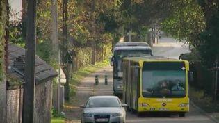 Pour limiter la propagation ducoronavirus, le service public belge fait désormais appel à des autocars privés, en plus des bus, pour limiter le nombre de voyageurs. (France 2)